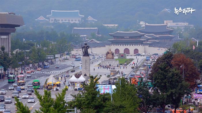▲ 세월호 농성장이 있는 광화문 광장. 광장 뒤 편으로 청와대가 보인다.