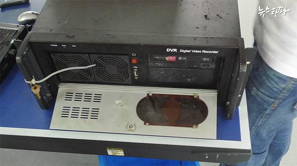 ▲ 세월호 3층 안내데스크에 있던 DVR(위 사진 속 빨간 원)과 2014년 6월 22일 인양된 DVR의 모습(아래 사진)