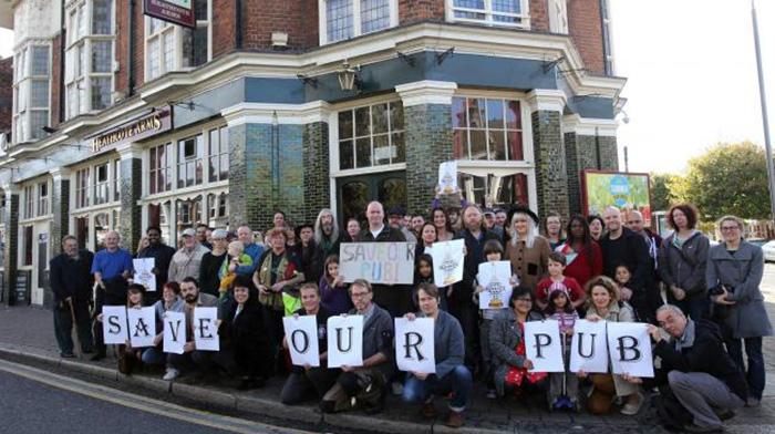▲ 영국 런던 레이턴스톤의 펍 'Heathcote Arms'를 지키려는 마을 사람들의 캠페인. 이 펍은 2015년 '지역사회에 가치 있는 자산(ACV)'으로 지정되어 결국 영업을 계속할 수 있게 됐다.
