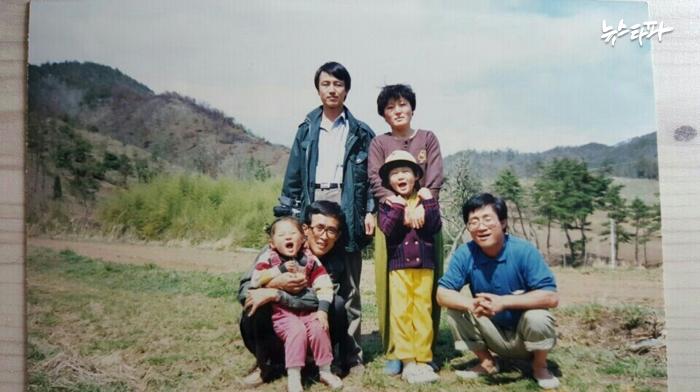▲백남기(사진 오른쪽) 씨가 살아 생전 가족들과 함께 찍은 사진. (사진=백남기 씨 후배 최강은 씨 제공)