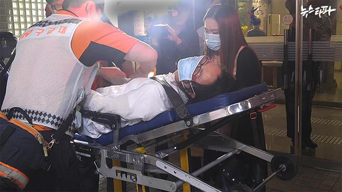 가습기 살균제 피해자 유가족이 서울대 조명행 교수에 대한 법원 선고 직후 실신해 병원으로 후송되고 있다.