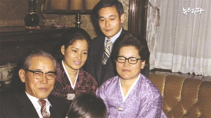 ▲ 장충동 자택을 공익재단에 기부한 이후에도 이병철 회장은 계속 기부한 집에 거주했다. 1972년 장충동 자택에서 아들 이건희 회장 가족과 함께 찍은 사진