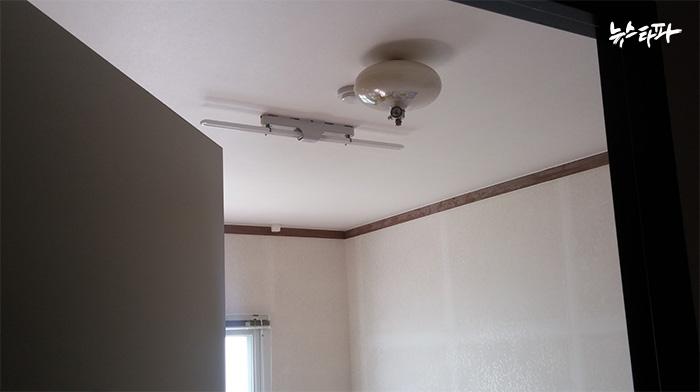▲ 정규직 직원들이 묵는 숙소에는 방마다 소방시설이 갖춰져 있었다. 천장에 달린 둥근 것이 자동확산소화기, 그 옆에 있는 것이 단독경보형감지기다.