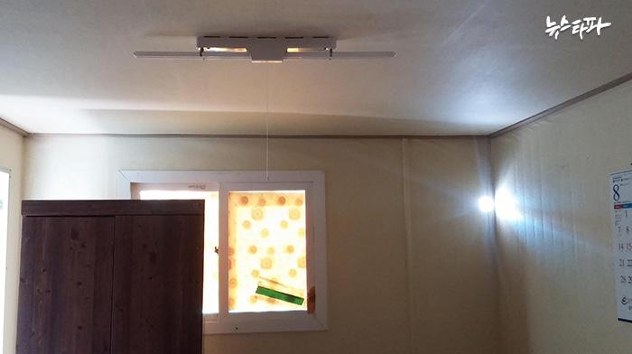 ▲ 삼강F&C의 숙소 중 불에 타지 않은 숙소. 천장에 전등만 달려 있다.
