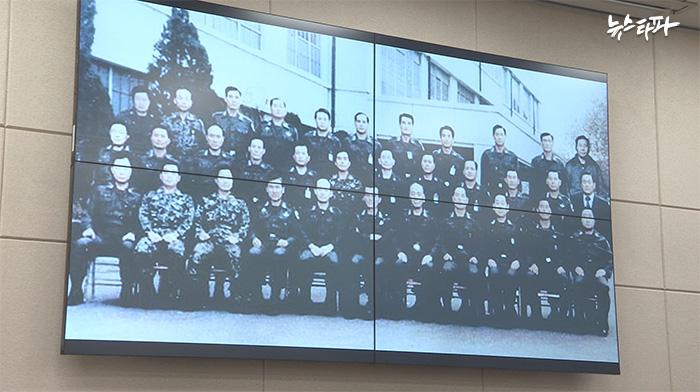▲12.12 직후 군사반란의 주역임을 자처하며 기념 촬영을 한 34명의 군인. 이 중 22명의 102건 훈포장은 아직 유효하다.