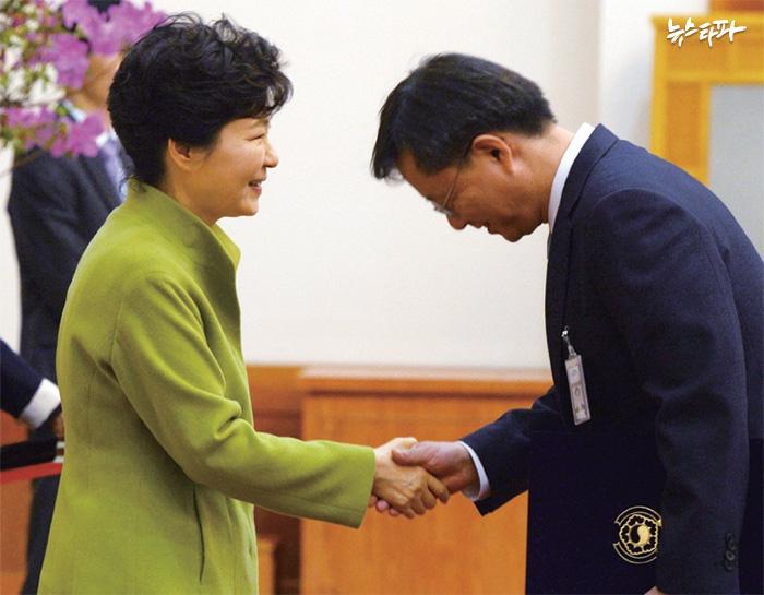 ▲ 2015년 3월, 우병우 민정수석이 박근혜 대통령에게 임명장을 받은 뒤 악수를 하고 있다.