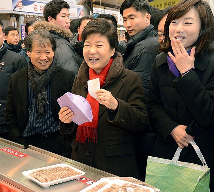 ▲ 2013년 대통령 취임 보름을 앞두고 박근혜 당선인이 중곡제일골목시장을 찾아 물건을 구입하면서 환하게 웃고있다. (출처: 부천타임즈)