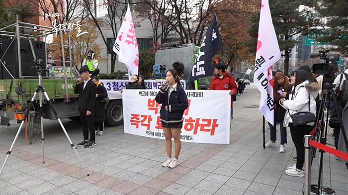 ▲12월 3일, 청소년 단체 '21세기 청소년 공동체 희망' 학생들이 레미제라블 OST를 박근혜 퇴진을 요구하는 내용으로 개사해 집회 현장에서 노래를 부르고 있다.