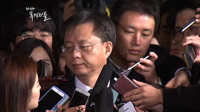 ▲지난 11월6일 피의자 신분으로 조사를 받기 위해 검찰에 출석한 우병우 전 민정수석이 개인비리 의혹에 대해 질문하는 기자를 쏘아보고 있다.