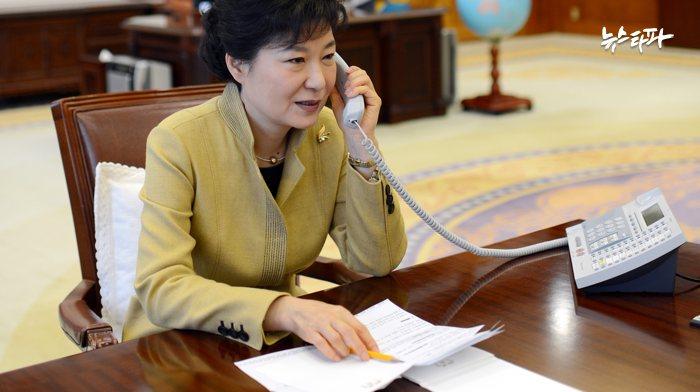 ▲2013년 3월 20일 박근혜 대통령의 시진핑 중국 주석과의 통화 모습. 앞에 놓인 문건이 최순실 씨에게 유출된 참고자료다