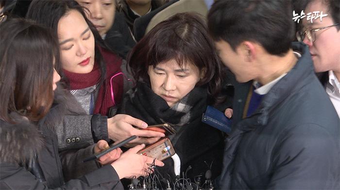 이인성 교수가 20일 영장 실질 심사(구속 전 피의자 심문)를 받기 위해 서울중앙지방법원으로 들어가고 있다