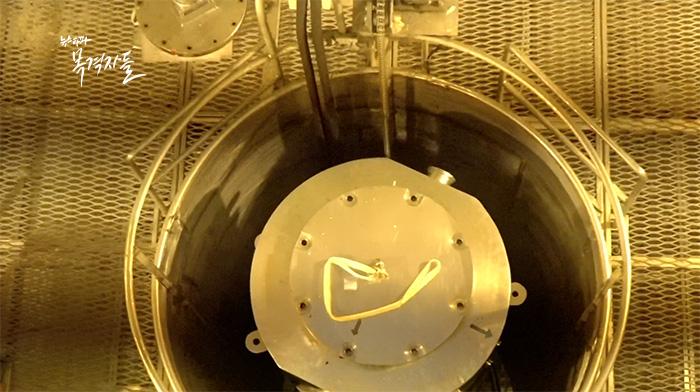▲ 사용후핵연료가 담긴 운반용기 KSC-1의 모습. 사용후핵연료는 핵발전소에서 농축우라늄 연료를 연소하고 남은 것으로 우라늄과 세슘, 플루토늄 등 방사성 물질을 포함하고 있다.
