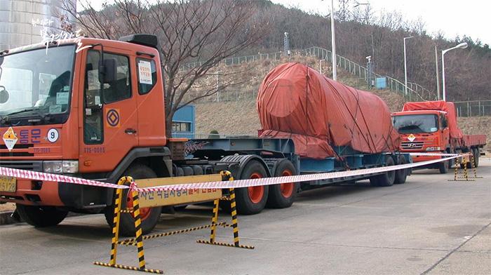 ▲ 핵연료봉 운반차량, 운반 용기와 차량의 무게를 합하면 40톤에 이른다.