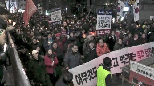 """14차 촛불집회,""""탄핵하고 사퇴하고 구속하라"""""""