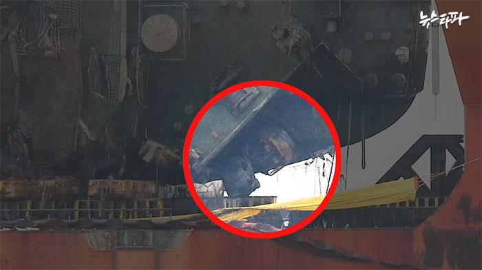 좌측램프 열린 곳으로 굴삭기와 승합차 끼어있는 모습