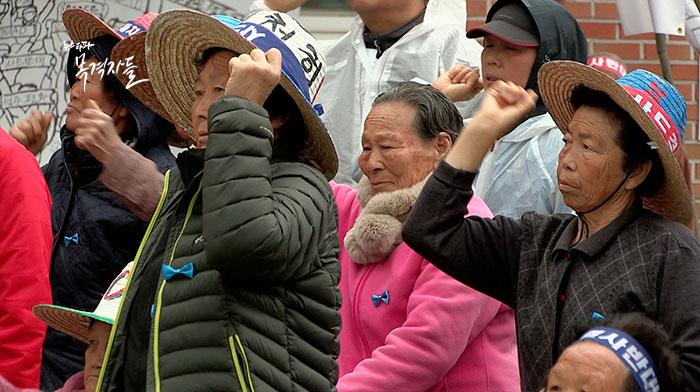 지난 4월 5일, 소성리에서 주민들이 사드반대 수요집회를 진행하고 있다. 집회에 나온 이들은 대부분 할머니들이다.