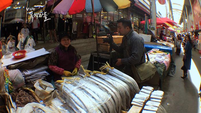 대구 서문시장에서 생선을 파는 상인