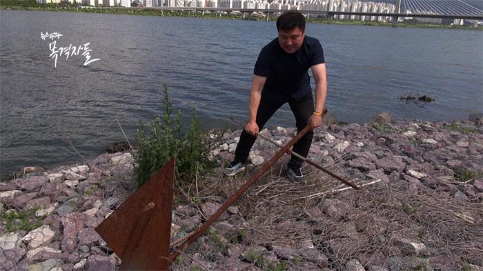 ▲낙동강 강변에서 발견한 닻