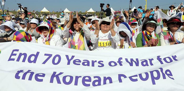 ▲ 2015년, 위민크로스DMZ는 비무장지대를 북에서 남으로 종단하는 행사를 벌였다