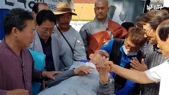 ▲ 9월 4일 명진스님은 18일간의 단식 끝에 병원으로 이송됐다.