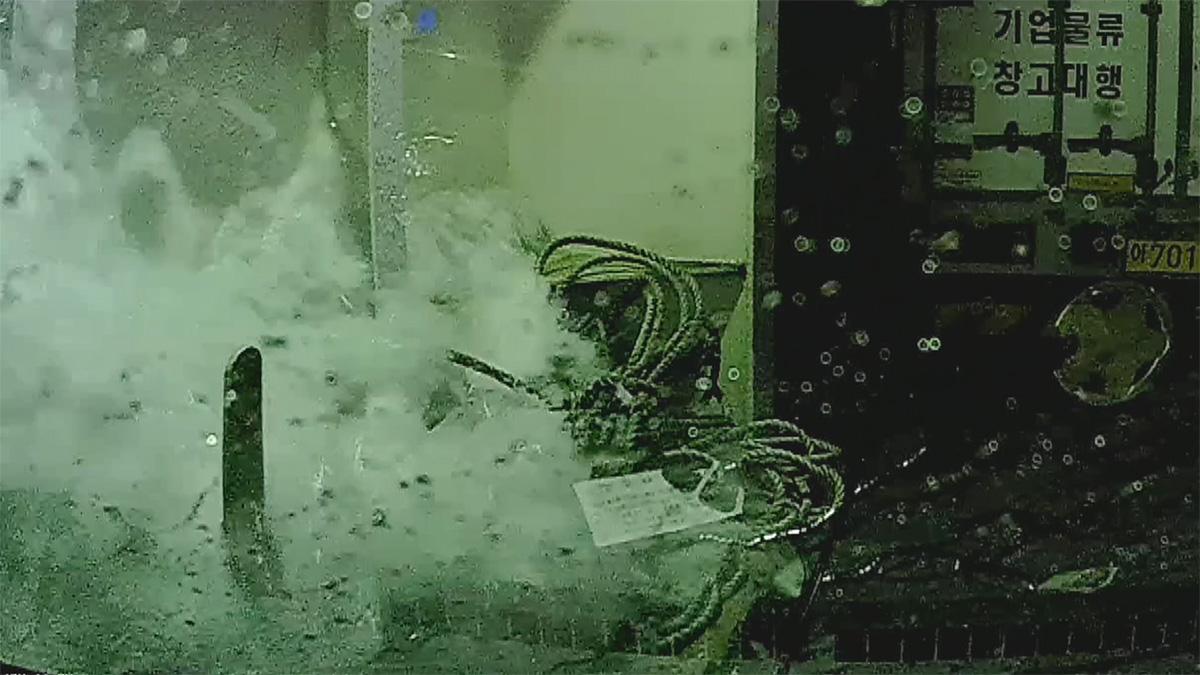C데크 창문 파손...해수 급속 유입 추정