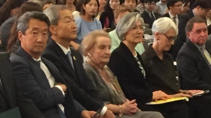 ▲CSIS 포럼에 참석한 강경화 외교부 장관. 왼쪽에는 매들린 올브라이트 전 미국 국무부 장관, 가장 왼쪽에는 빅터 차 CSIS 한국석좌.