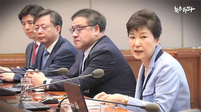 ▲ 박근혜 전 대통령과 나란히 앉아있는 우병우 전 민정수석과 안종범 전 경제수석