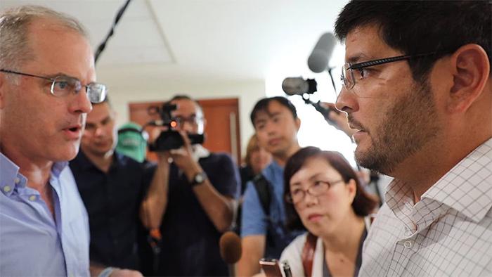 ▲ ICIJ 취재진이 버뮤다 애플비 본사를 찾아 취재를 진행 중이다. (출처: 아사히 신문)