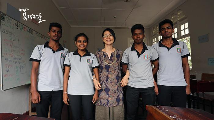 ▲ 코이카봉사단원으로 스리랑카에서 한국어를 가르치는 이순희 씨와 한국어과 학생들