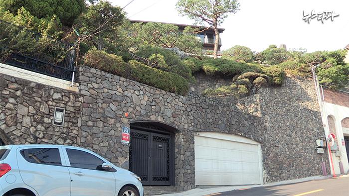 ▲버뮤다 페이퍼컴퍼니의 주주 및 이사로 이름을 올린 양승화 씨 명의의 서울 평창동 단독주택.