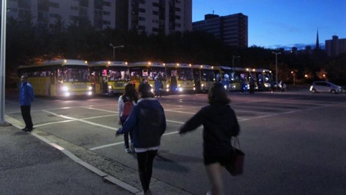 ▲ 체육대회에 참석하기 위해 성심병원 직원들이 새벽에 버스에 오르고 있다. Ⓒ직장갑질119