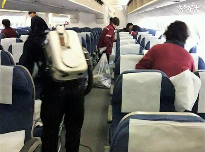 ▲ 비행기 청소노동자들이 기내에서 30분만에 청소를 끝내기 위해 분주히 움직이고 있다. Ⓒ공공운수노조