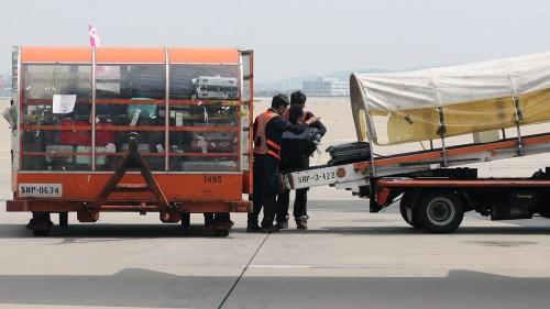 출근해 쓰러진 50대 공항노동자…우리가 타는 비행기의 이면