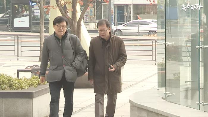▲ 지난해 11월 취재진과 함께 정보공개 소송 재판에 참석하기 위해 서울행정법원을 찾은 하승수 변호사