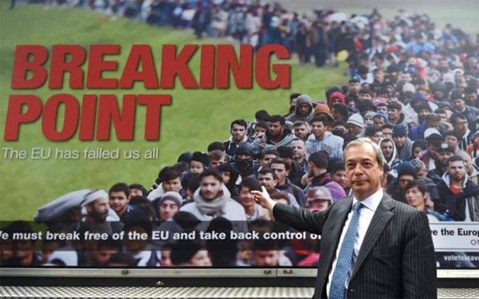 ▲ 시리아 난민 탈출행렬을 부착한 영국독립당의 캠페인 차량과 나이젤 파라지 당수